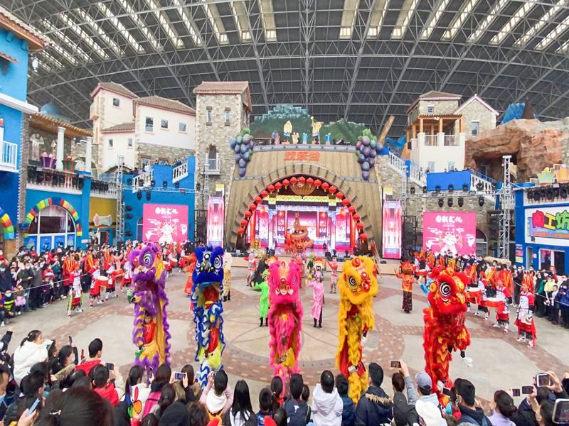 四川春节欢乐谷舞狮表演